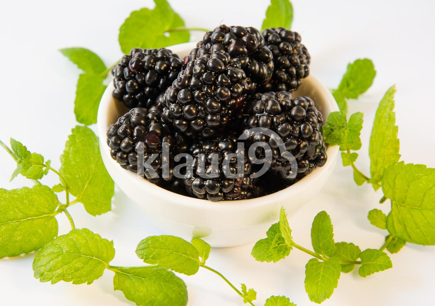 blackberries  in a  plate on a table