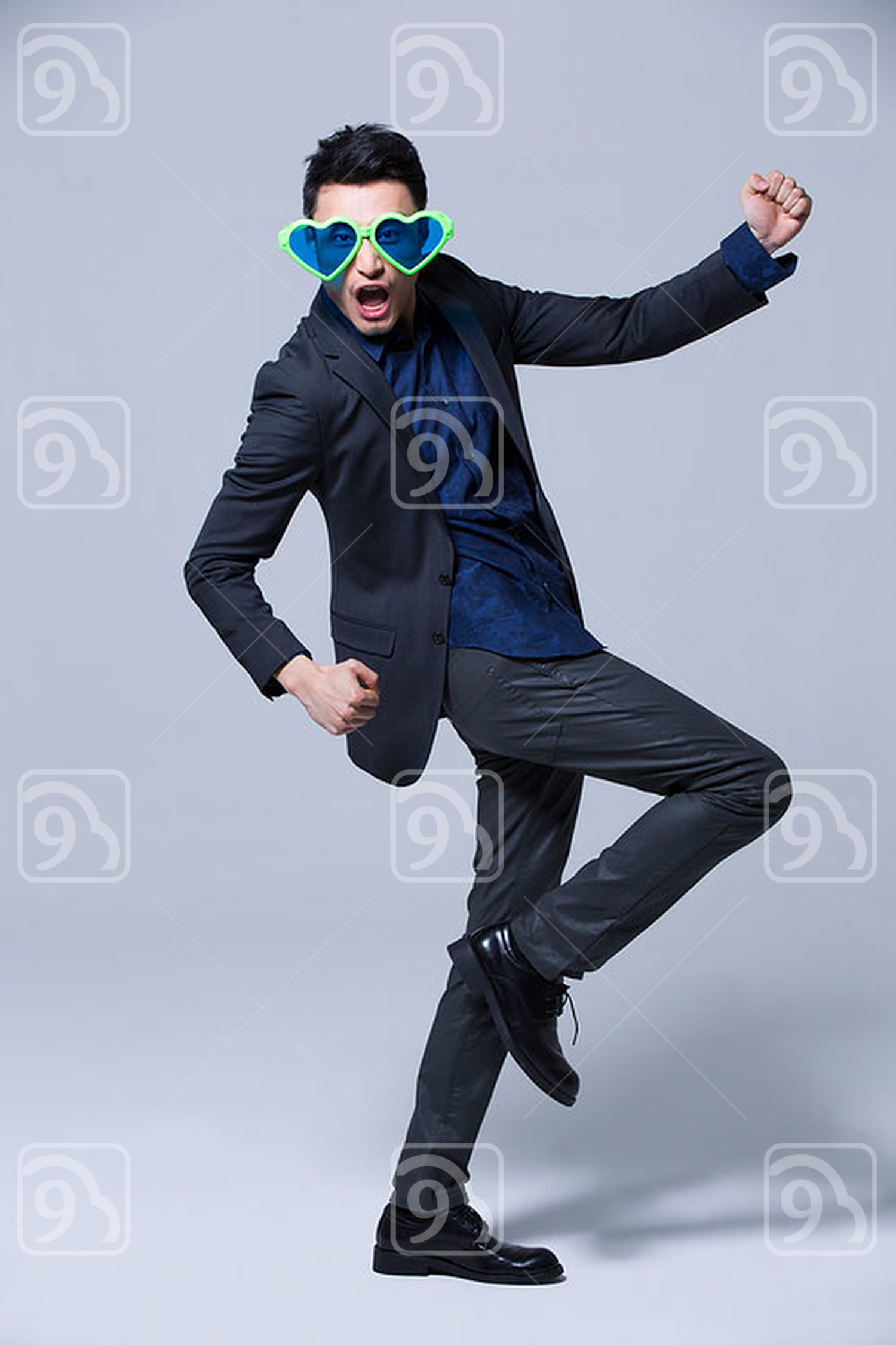 Hip young Chinese man wearing big sunglasses