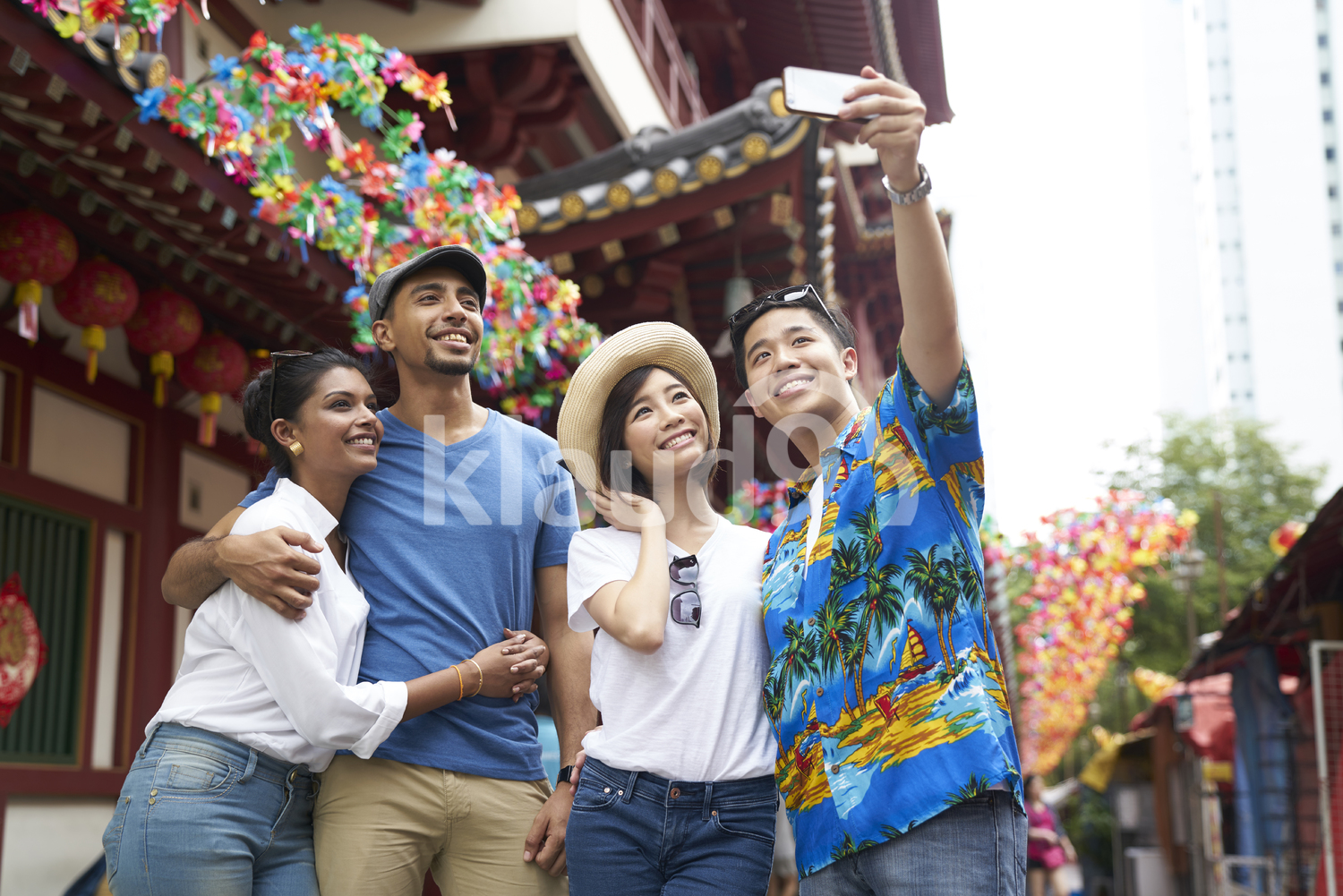 Friends outside the Buddha Tooth Relic Temple in Singapore taking a selfie